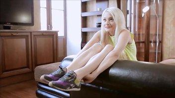 Красотка Оливия Джеймсон широко раздвинула ноги перед своим бойфрендом