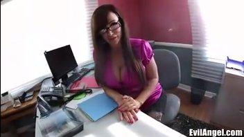 Грудастый секретарь Лиза Энн любит быть непослушной со своим боссом