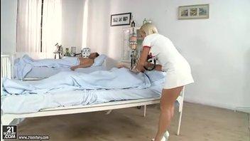 Привлекательная медсестра занимается анальным сексом с пациентами