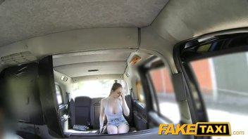 Девушка с большими дойками получила хороший секс в такси