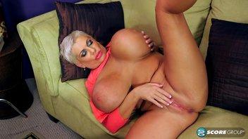 Сексуальная бабушка с гигантскими сиськами ласкает себя между ног