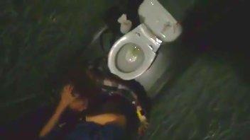 Секс в туалете студентки