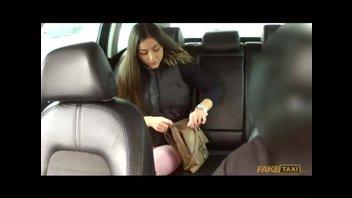 Темноволосая девушка знает, как заплатить за проезд, не отдавая деньги таксисту