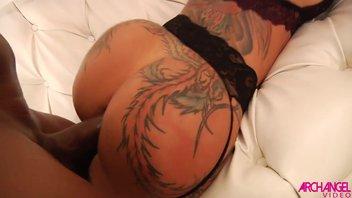 Шикарную попочку порно звезды Беллы Белз разтрахал черный мачо