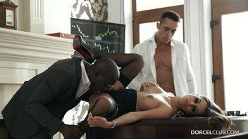 Начальник дал своему черному другу попробовать свою французскую секретаршу