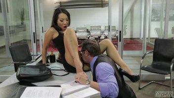 Зрелую азиатку Асу Акиру (Asa Akira) трахает начальник с большой залупой