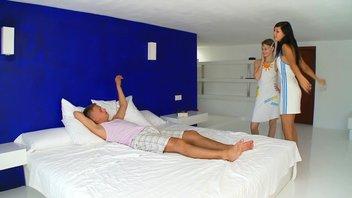 Биата Юндин (Beata Undine) развлекается с подругой и её парнем.