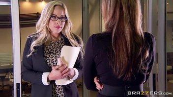Красотка Джулия трахает Секретаршу