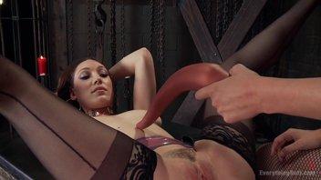 Жестокий анальный фистинг и долбежка гигантскими дилдо пизды двух лесбиянок в БДСМ клубе