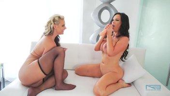 Шикарные зрелые лесбиянки Никки Бенц (Nikki Benz) и Феникс Мари (Phoenix Marie) показывают свои струйные оргазмы