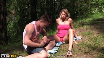 Красивую русскую мамочку Риту Раш (Rita Rush) трахает в парке молодой незнакомец