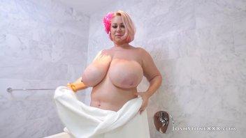 Жирная бабушка с дойками Саманта Андерсон (38G) (Samantha 38G) мощно кончает с молодым негром
