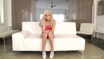 Молодую блондиночку жестко трахает зрелый мужик Наоми Вудс (Naomi Woods)
