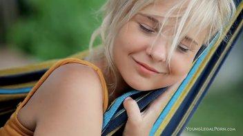 Катя Рысь (Monroe) соло в гамаке.