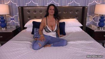 Старая женщина с большой грудью встретилась в мотеле с молодым парнем с сайта знакомств