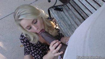 Маленькая пизда блондиночки Кэти Морган (Katie Morgan) трещит по швам от огромного хуя негра из африки
