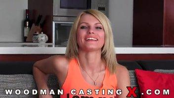 Очень красивая блондинка по имени Лана снялась в порно-кастинге