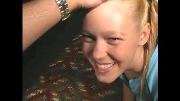Блонди с хвостиками развлекается с самцом.