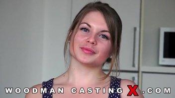 Симпатичная русская девушка оголилась на порно кастинге Вудмана