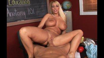 Школа секса с сисястой мамочкой (Holly Halston)