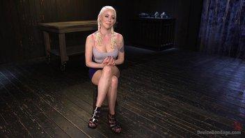 Извращенец с палкой играет с дырочками симпатичной блондиночки Лорелей Ли (Lorelei Lee)