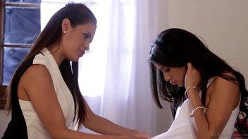 Вероника Родригес и Ванесса Веракруз занимаются любовью в спальне