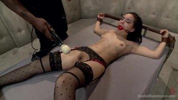 Темноволосая девушка испытала оргазм в подвале