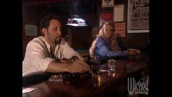 Дженна Джеймсон познакомилась с парнем в местном баре и трахнул его