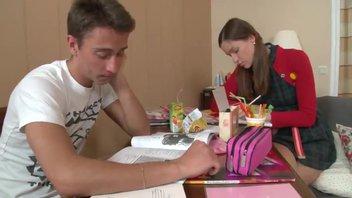 Русская малышка не желает учить уроки