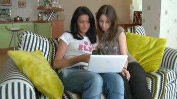 Две подружки возбудились от просмотра порно