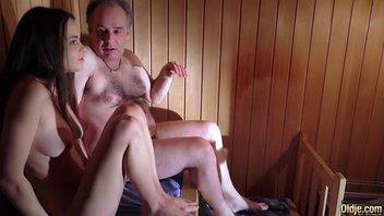 Толстый, волосатый дедушка с маленьким хуем быстренько кончил от сладких губок и сочной писи молодой красотки в сауне