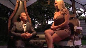 Две соблазнительные блондинки занимаются сексом с одним парнем, в его гостиной
