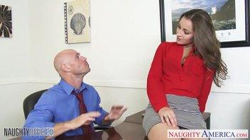 Горячая красотка в красной рубашке соблазнила своего женатого коллегу