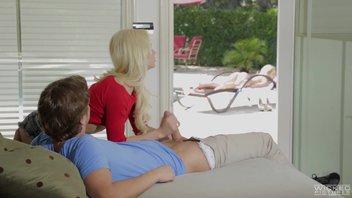 Русский парень жестко отъебал зрелую и молодую блондинку Чери Девиль (Cherie Deville), Эльза Джин (Elsa Jean)