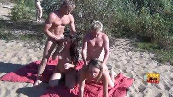 Двух  шмар ебут на пляже