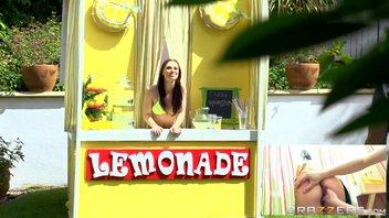 Худощавый пацан пристроился сзади и начал трахать продавщицу лимонада в трейлере Джорди Эль-Ниньо Полла.