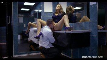 Трахая сногсшибательную, французскую мамочку с большими сиськами в общественном туалете ночного клуба Сенсуал Джейн (Sensual Jane)