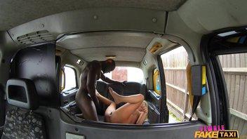 Красивая, белая мамочка отблагодарила негра за помощь с машиной Aaliyah Ca Pelle