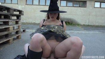 Пьяная девушка в шляпе отсасывает и трахается на улице за деньги