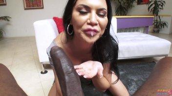 Порно-мамашу с силиконовыми сиськами насаживают узким анусом на гигантский член негра Жасмин Джей (Jasmine Jae)