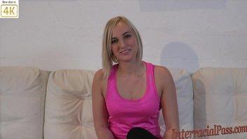 Кейт Ингланд - эта сладкая блондинка с прекрасной улыбкой, который любит большой черный член