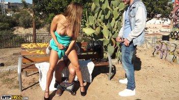 Парни вдвоем трахают в парке на скамейке русскую студенточку за деньги Ally Breelsen