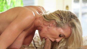 Красивая мамочка-культуристка, бодибилдерша с большой грудью соблазняет молодого и зрелого трахаря своим огромным клитором Брэнди Лав (Brandi Love)