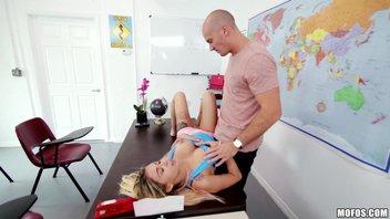 Блондиночка-студенточка с большими сиськами соблазняет препода с огромным хуем Marsha May