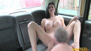 Молодой таксист накормил спермой силиконовую мамочку в машине от первого лица Jasmine Jae