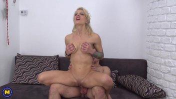 Молодой ухажер ублажает свою стройную 40-ка летнюю любовницу с красивой грудью и узенькой писечкой Tonya