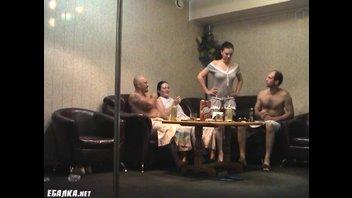 Хорошо выпив в сауне свингерам захотелось групповой оргии