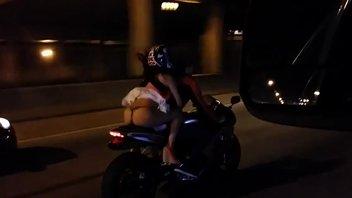 Снял на камеру как у девахи на мотоцикле задралась юбка