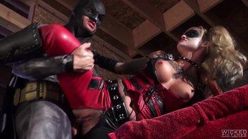 Бэтмен трахает Харли Квинн Kleio Valentien