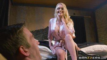 Красивая жена по-тихому изменяет мужу с молодым любовником в постели, пока тот рядом спит Amber Jayne
